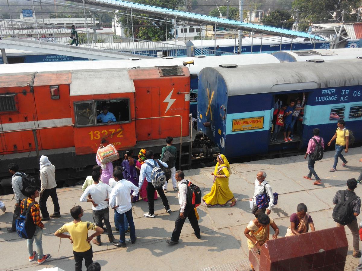 होली के चलते ट्रेनों पर बढ़ा लोड, लगातार बढ़ रही रविवार की वेटिंग लिस्ट