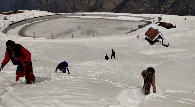 विश्व प्रसिद्ध हिमक्रीडा स्थली औली में अबतक बिछी है बर्फ की चादर