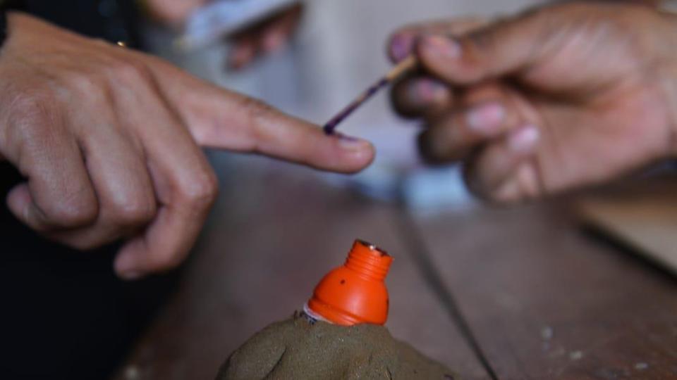 राज्यपाल, सीएम, और कई दिग्गज नेताओं ने मनाया लोकतंत्र का महोत्सव, किया मतदान