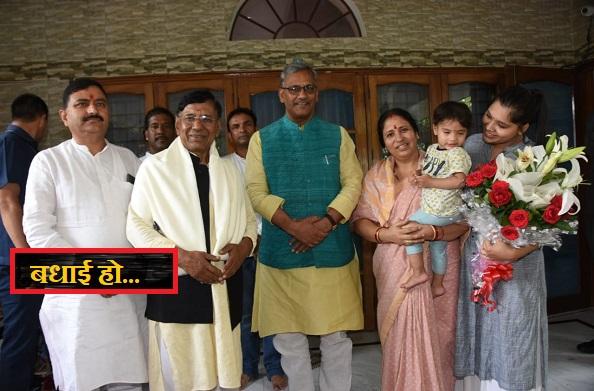 नेगी दा के घर पहुंचकर सीएम त्रिवेंद्र सिंह रावत ने दी बधाई