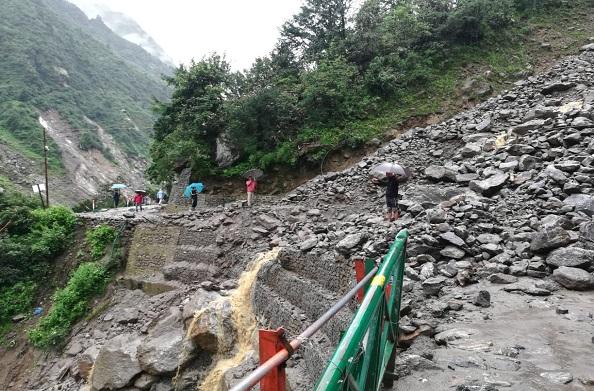 गौरीकुण्ड-केदारनाथ पैदल मार्ग पर भूस्खलन होने से यात्रा बंद