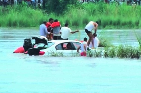 जगुआर देने से पिता ने किया मना तो रईसजादे ने नहर में डुबो दी BMW