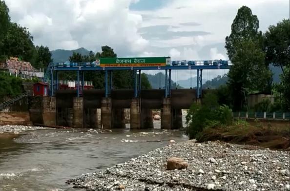 खतरे की जद में बैजनाथ मंदिर… उफनती गोमती नदी से ढही सुरक्षा दीवार