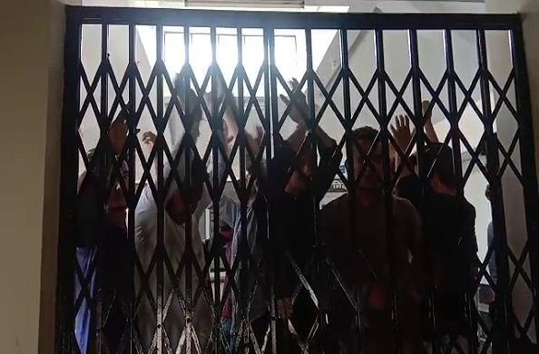 आक्रोशः 4 दिन से आंदोलन पर हैं बादशाहीथौल के छात्र… नाराज होकर की तालाबंदी