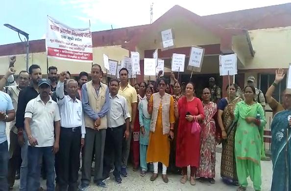 THDC के खिलाफ आवासीय भूखंड की मांग को लेकर कठिया गांव के 35 परिवारों का प्रदर्शन