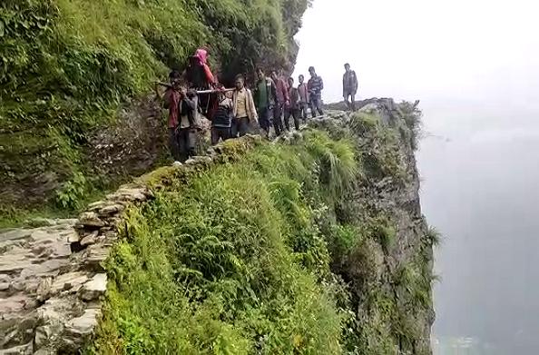 चमोलीः मरीज को कुर्सी पर लादकर 25 किमी पैदल चलना पड़ा