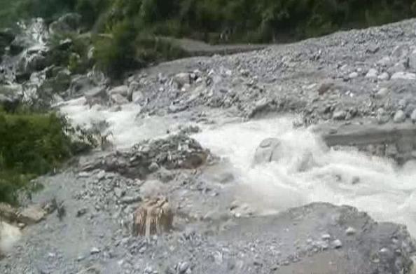 बागेश्वरः तेज बारिश के चलते बही सड़क… कई गांवों का संपर्क कटा