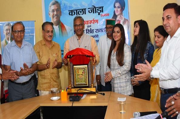 गायिका प्रियंका नेगी के एलबम काला जोड़ा का मुख्यमंत्री ने किया लोकार्पण