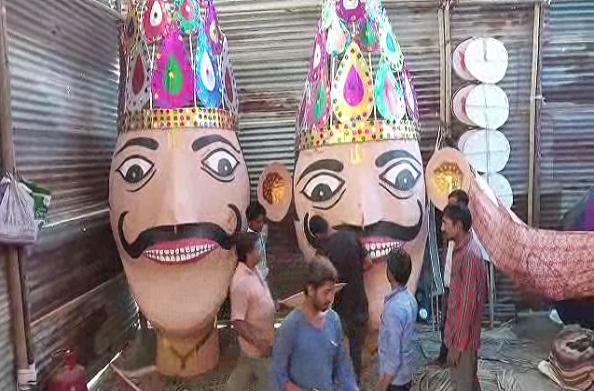रावण दहन के लिए खास तैयारियां… गाजियाबाद से आए कारीगरों ने बनाए पुतले