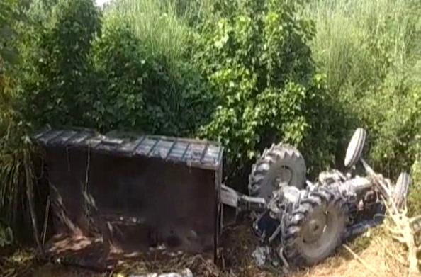 तेज रफ्तार ट्रैक्टर ट्रॉली पलटी… दो लोगों की मौत