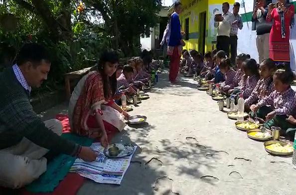 बच्चों के साथ जमीन पर बैठकर मिड डे मील खाती चमोली की डीएम स्वाती भदौरिया…
