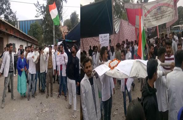 जारी है आयुष छात्रों का आमरण अनशन… आयुष मंत्री हरक सिंह के विरोध में निकाली शवयात्रा