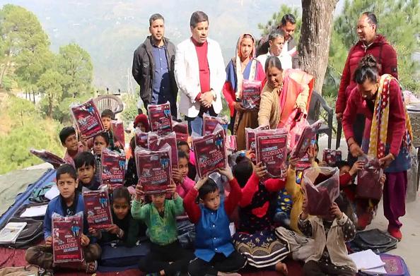 बाल दिवस पर गरीब बच्चों को तोहफा पूर्व प्रधान राजेश कुंवर ने किया स्वेटर का वितरण
