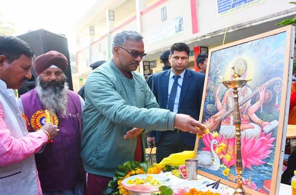 देहरादून: राजकीय इंटर कॉलेज दूधली के वार्षिकोत्सव में पहुंचे सीएम रावत