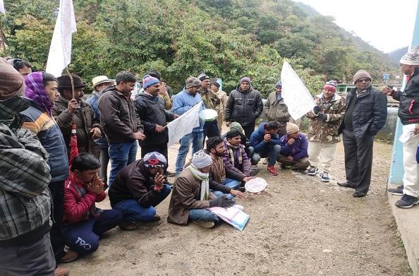 घनसालीः कड़ाके की ठंड के बाद भी शिक्षकों के लिए जारी है आंदोलन