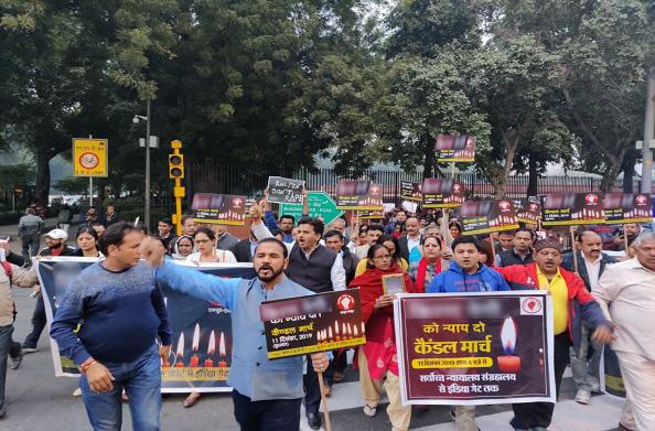 गैंगरेप पीड़िता के हत्यारों को फांसी देने की मांग को लेकर उत्तराखंडी समाज ने निकाला कैंडल मार्च