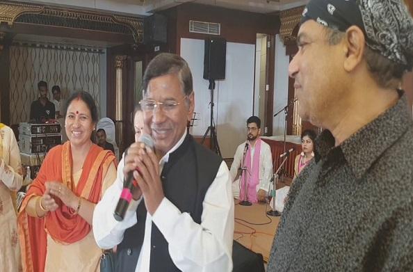 एक ही मंच पर मिले लोकगायक नरेंद्र सिंह नेगी और गायक सुरेश वाडेकर
