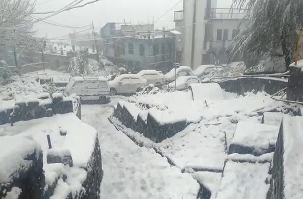 चमोली: मौसम ने बदली करवट… बदरीनाथ धाम से औली तक बर्फबारी