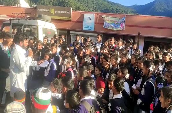 टिहरी: बच्चों के भविष्य पर मंडराए संकट के बादल… नहीं हो पाई स्कूल में शिक्षकों की तैनाती