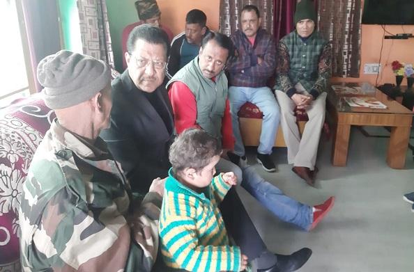 गुलमर्ग बॉर्डर पर लापता सैनिक राजेन्द्र सिंह के परिजनों से मिले कांग्रेस नेता सूर्यकांत धस्माना