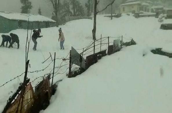 रुद्रप्रयाग: जिले में बर्फबारी से बढ़ी मुश्किलें… कई मार्ग हुए बंद