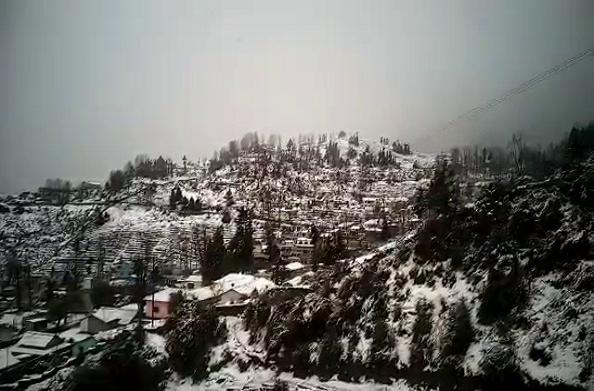 पिथौरागढ़: मुनस्यारी में सीजन की दसवीं बर्फबारी… बंद हुए कई मार्ग