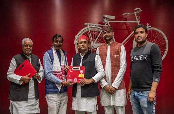 जालौन: सपा छात्र नेता अमित कुमार तिवारी उसरगांव मलखान सिंह यादव के साथ पहुंचे सपा कार्यालय
