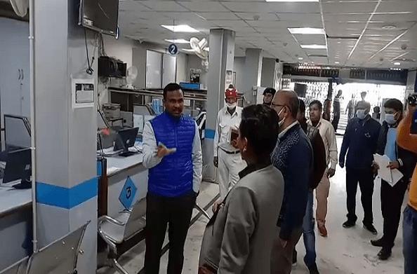 पिथौरागढ़: डीएम ने किया बैंकों का निरीक्षण