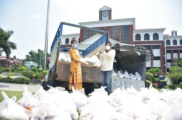 कोरोना संकट में ग्राफिक एरा की राखी घनशाला बन रही जरूरतमंदों की मसीहा, गरीबों को बांट रही खाद्य सामाग्री