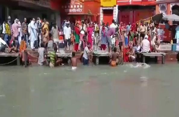 हरिद्वार: कोरोना संकट के बीच  गंगा दशहरे का महापर्व….  घाटों पर उमड़ी भीड़