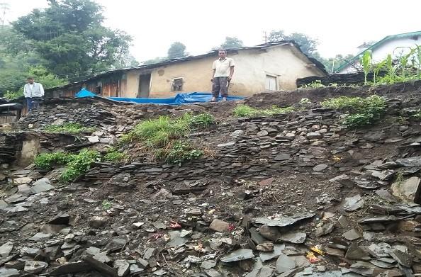 बारिश के चलते लगडासु गांव मे भवन का पुस्ता ढहा, आसपास के मकानों को खतरा