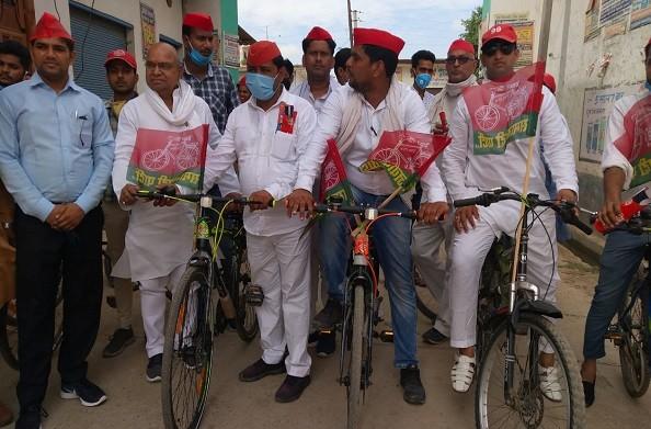 हापुड़: पूर्व सीएम अखिलेश के जन्मदिन पर मिशन 365 प्लस का आह्वान, जनसंदेश यात्रा अभियान के तहत साइकिल पर निकाली रैली