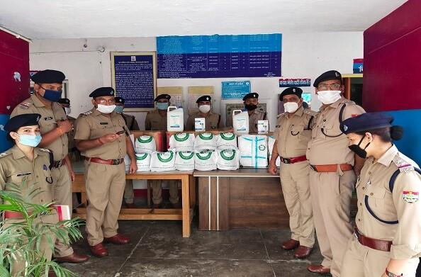 हंस फाउंडेशन ने श्रीनगर पुलिस को बांटी कोरोना सुरक्षा किट