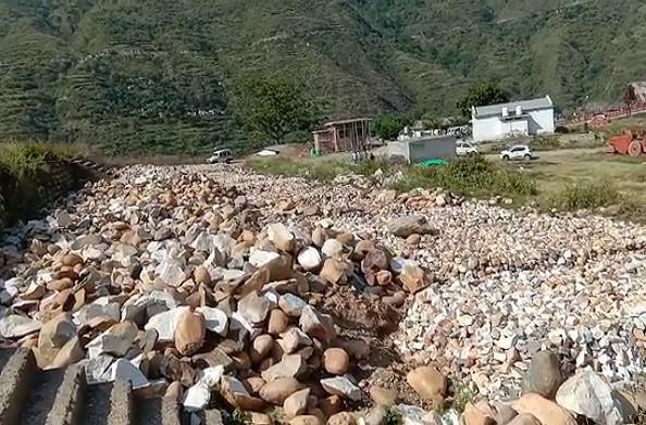 टिहरी: नदी किनारे किया जा रहा अवैध खनन, ग्रामीणों ने लगाया प्रशासन के साथ मिलीभगत का आरोप
