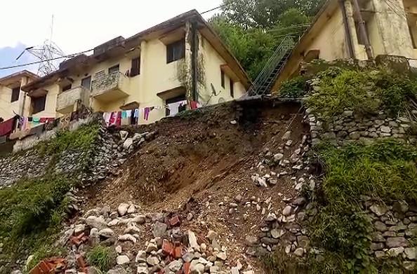 नरेंद्रनगर: मधुबन काॅलोनी में पुश्ता ढहा हादसे में कोई जानमाल का नुकसान नहीं