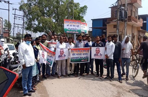 हरिद्वार: बीजेपी-कांग्रेस के कार्यकर्ताओं ने आमने-सामने किया प्रदर्शन