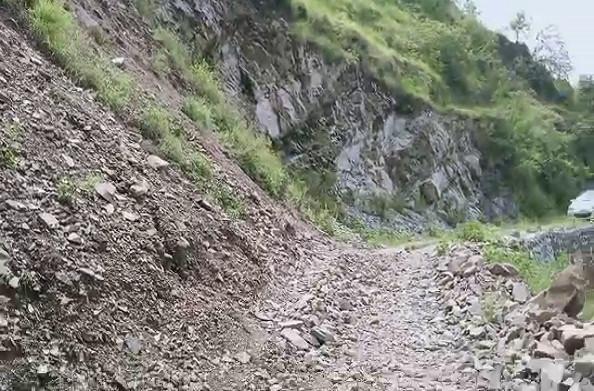 धनोल्टी: परोडी गांव को जाने वाली बदहाल सड़क की नहीं ले रहा कोई सुध
