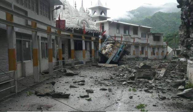हिमाचल में गाड़ी पर चट्टान गिरने के वजह से, दो की मौत, गुप्तकाशी में बहा हाईवे का हिस्सा