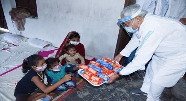 बिहार के मुख्यमंत्री नीतीश कुमार ने बाढ़ पीड़ितों से की मुलाकात