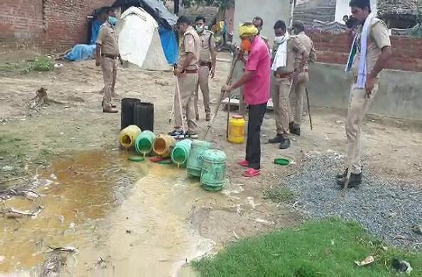 हरदोई: जिले में फल-फूल रहा है शराब का कारोबार, चार अभियुक्तों को पुलिस ने किया गिरफ्तार