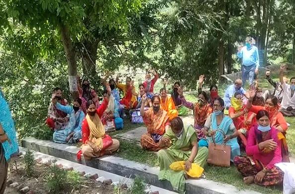 देवप्रयाग: रेलवे प्रभावितों ने किया धरना प्रदर्शन, मांग पूरी न होने पर कही अनिश्चितकालीन धरने की बात