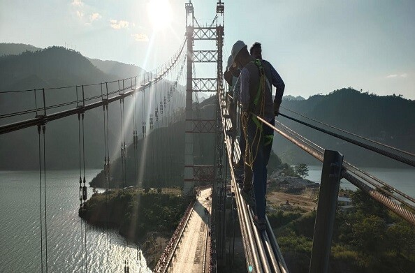 डोबरा चांठी पुल की टेस्टिंग शुरू, इंजीनियरों ने किया निरीक्षण