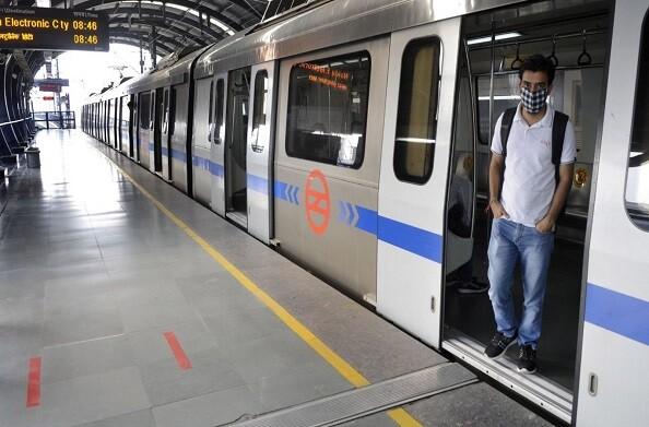 सोमवार को दिल्ली मेट्रो में ढाई लाख यात्रियों ने सफर किया और मानकों का उल्लंघन करने वाले 182 यात्रियों को दंडित भी किया गया