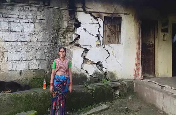 रुद्रप्रयाग: विस्थापन की आस लगाए हैं डोणी तोक के ग्रामीण, ग्रामीणों के घरों में पड़ गई हैं दरारें