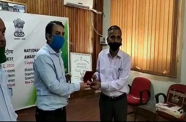 बागेश्वर: केवलानंद कांडपाल को शिक्षक दिवस पर राष्ट्रीय पुरस्कार से किया गया सम्मानित