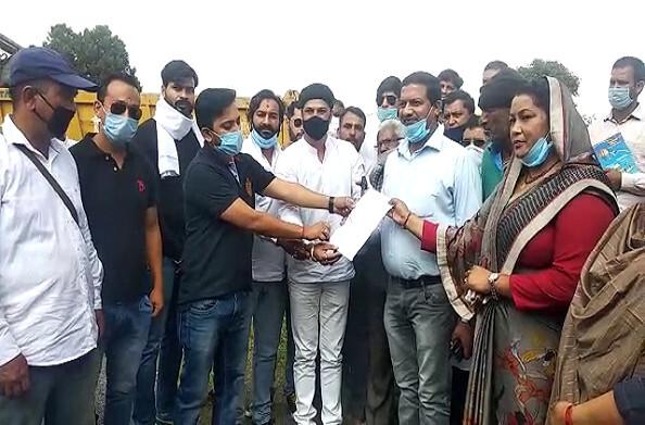 बेरीनाग: पीएम के जन्मदिन पर कांग्रेस ने मनाया बेरोजगारी दिवस, रोजगार देने की उठाई मांग