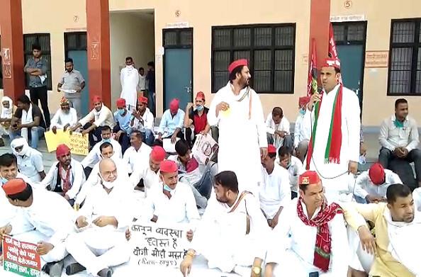हापुड़: सरकार की नीतियों के खिलाफ समाजवादी पार्टी का धरना प्रदर्शन