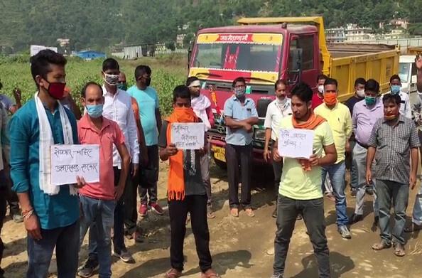 देवप्रयाग: ग्रामीणों ने रोका रेलवे निर्माण कार्य, रोजगार की मांग को लेकर किया प्रदर्शन