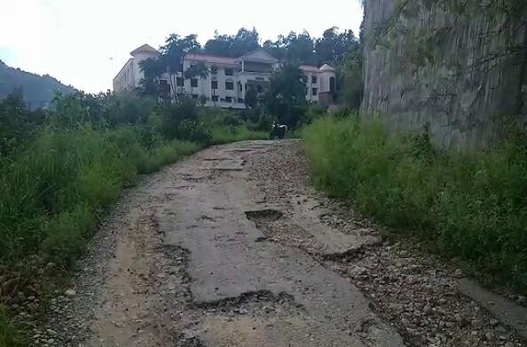 रुद्रप्रयाग: दो साल से खस्ताहाल स्थिति में है डीएम कार्यालय की सड़क