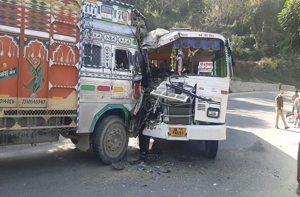 चम्बा-ऋषिकेश NH 94 में बस और ट्रक की टक्कर, 5 घायल